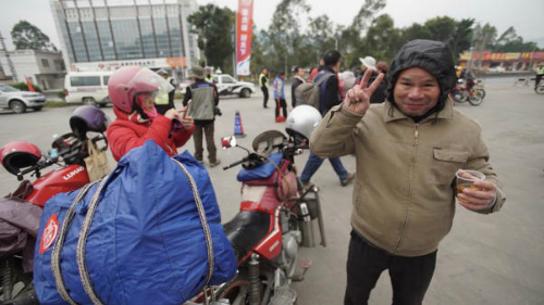 Wang Haisheng, 27 tuổi, cũng là một công nhân có kinh nghiệm gần 10 năm ở nhà máy của Yang.Năm nay Wang đã về nhà cùng anh trai, họ thay nhau lái hành trình dài khoảng 5 đến 6 tiếng.Wang bày tỏ: Nếu có tiền, chắc chắn tôi sẽ chọn đi tàu cao tốc. Những chuyến xe máy đường dài rất nản, tôi luôn cảm thấy toàn bộ thân thể kiệt sức khi về đến nhà.