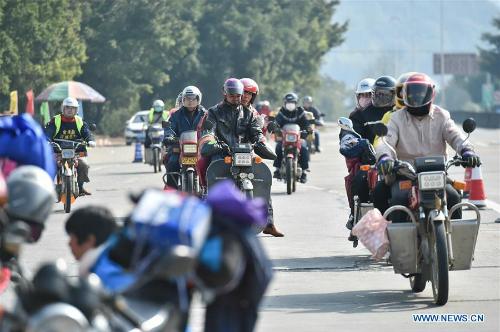 Song một bộ phận không nhỏ những người lao động Trung Quốc lựa chọn đi xe máy về nhà.Xe máy không phải lựa chọn an toàn nhất, nhưng với nhiều người đó là phương tiện rẻ và dễ dàng nhất giúp họ về nhà đoàn tụ với gia đình trong dịp Tết Âm lịch.Theo CNN, ước tính có khoảng 200.000 xe máy sẽ tham gia cung đường này trong cuộc Xuân vận của người Trung Quốc năm nay.Ảnh:Xinhua.