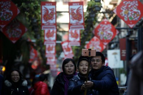 Một gia đình khách Trung Quốc chụp ảnh trước con đường trang trí cho dịp Tết Âm lịch. Ảnh:Reuters.