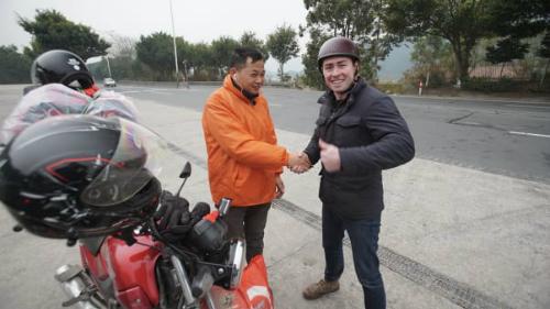 Phóng viên CNN đi xe máy điện cùng người Trung Quốc về quê ăn Tết - 1