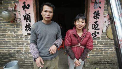 Yang chia sẻ rằng làm việc xa nhà là điều đáng đánh đổi, vì anh muốn bọn trẻ có một tương lai tươi sáng hơn. Trong hình là vợ chồng Yang ở nhà. Ảnh:CNN.