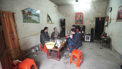 Kết thúc hành trình tại Quảng Đông, những phóng viênCNNcó mặt tại nhà Mai Haijun, anh đang đợi anh em về nhà với mẹ.Mai có 12 anh em, tất cả đều làm việc xa nhà ở các tỉnh khác của Trung Quốc. Người Trung Quốc chúng tôi có truyền thống đoàn tụ tại quê nhà. Không quan trọng bạn là ai, tất cả đều trở về nhà. Bạn không có lựa chọn nào khác, Mai nói.Ảnh:CNN.
