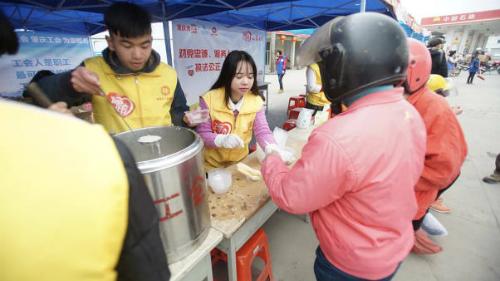Tại các trạm nghỉ, tình nguyện viên phục vụ từ cháo nóng, trà nóng tới hỗ trợ về thuốc men, cung cấp áo phản quang miễn phí, ổ sạc điện thoại và đôi khi là xăng xe miễn phí. Ảnh:CNN.