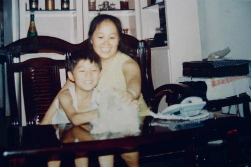 Bang cùng mẹ chơi đùa với chó Duo Duo. Ảnh:Bang Xiao.
