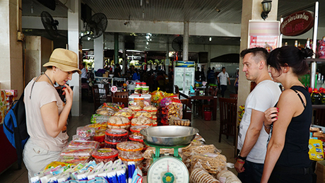 Nhiều du khách tỏ ra lúng túng sau khi biết giá cả có chênh nhẹ so với ngày thường. Ảnh: Phong Vinh.