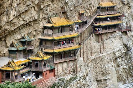 Ngôi chùa nằm cheo leo trên vách núi đá. Ảnh: Xuankongsi.