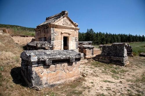 Đã nhiều năm, bất cứ loài vật nào từ chim chóc đến gia súc, gia cầm hễ lại gần một số ngôi đền cổ gần lâu đài bông Pamukkale, Thổ Nhĩ Kỳ là chết. Dân địa phương truyền tai nhau rằng chúng bị hơi thở chết chóc của thần Hades - chúa tể địa ngục. Từ thời Hy Lạp và La Mã cổ đại, người dân đã đồn thổi rằng nếu ai dám bén mảng đến vùng đất cấm này họ sẽ chết không toàn thây. Trên ảnh là một trong những lăng mộ cổ trong thành phố cổ Hierapolis, Thổ Nhĩ Kỳ. Ảnh:Sun.