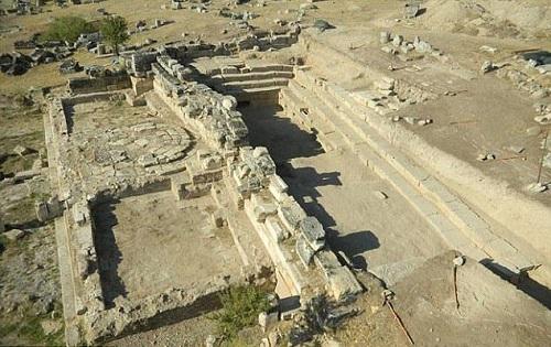 Ngày nay các nhà khoa học đã khám phá ra sự thật ẩn sau những hiện tượng kỳ bí này.Giữa đống đổ nát của di tích cổ, các nhà khảo cổ tìm thấy một hang động có chứa những chiếc cột khắc tên những vị thần của thế giới bóng tối như Pluto và Kore.