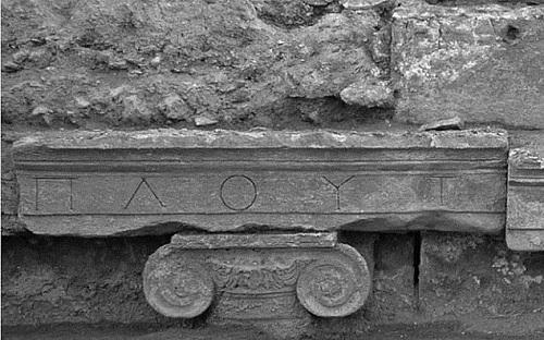 Giáo sư Hardy Pfanz, từ Đại học Duisburg-Essen, Đức, tiết lộ những nghiên cứu gần đây cho thấy nồng độ khí CO2 tại khu vực này cao bất thường. Ông tin rằng những ngôi đền trong thành phố cổ Hierapolis nằm trên một mạch khí độc rò rỉ qua những kẽ hở của khe nứt Babadag trên vỏ Trái Đất.Nghiên cứu mới được đăng tải trên tạp chí khảo cổ học và nhân chủng họcSpringer Link có viết: Trong một hang động dưới đền thờ thần Pluto, nồng độ khí CO2 lên đến 91%. Chất khí này vẫn tập trung phát ra tại một khu vực, giết chết côn trùng, chim chóc và những loài động vật có vú.