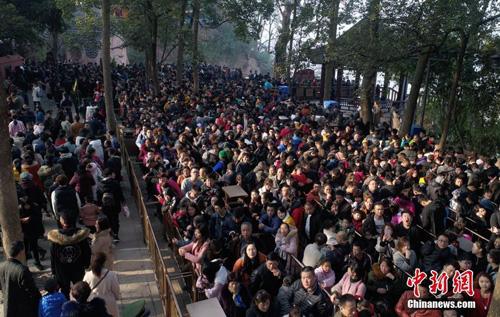 Dù biển người đến rất đông, nhưng mọi người đều đứng theo hàng lối chỉnh tề, đợi đến lượt mình vào lễ bái.