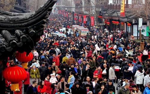 Giống như Việt Nam, vào những ngày đầu của năm mới người dân Trung Quốc cũng đổ xô đến các khu vực đền chùa để lễ lạt, cầu may. Trên ảnh là quang cảnh tại đền Khổng Tử ở Nam Kinh ngày 16/2 (tết Nguyên Đán), Do số lượng người đến quá đông nên nơi này cũng không tránh khỏi tình trạng chen chúc.