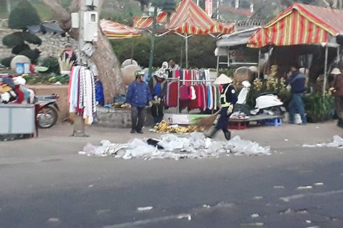 Công nhân vệ sinh đang dọn dẹp. Ảnh: Tam Huynh.