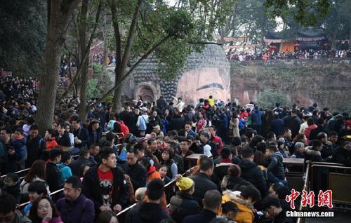 Theo chính quyền thành phố Lạc Sơn, đến ngày 20/2, lượng khách đổ về đây hành hương đã lên đến gần 350.000 người.