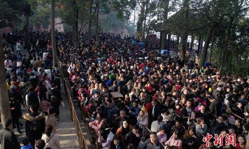 Biển người Trung Quốc xếp hàng đi lễ chùa đầu năm