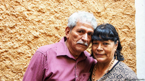 Rosario và Maria Sauceda, đôi vợ chồng đã có cuộc hôn nhân viên mãn trong 43 năm. Họ có lẽ không cần quá nhiều may mắn trong tình duyên nữa nhưng vẫn đến con hẻm này để tham quan. Ảnh: BBC.