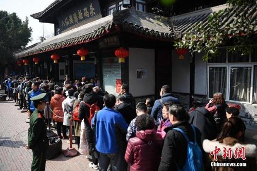 Do số lượng người đến tham quan quá đông, dẫn đến nhiều người phải đứng xếp hàng đợi đén 4 tiếng đồng hồ. Nhiều du khách cho biết, họ cảm thấy mệt mỏi.