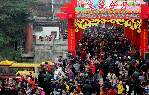 Trên ảnh là quang cảnh tại đền Khổng Tử ở Nam Kinh ngày 16/2 (tết Nguyên Đán), Do số lượng người đến quá đông nên nơi này cũng không tránh khỏi tình trạng chen chúc.