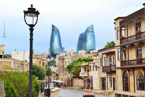 Từ bất kể nơi đâu trong thành phố du khách đều có thể chiêm ngưỡng 3 ngọn tháp lửa. Buổi tối tháp sẽ chuyển màu rực rỡ.