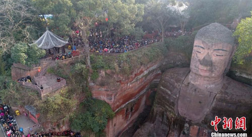 Ngày 20/2 (mùng 5 tết), hàng chục ngàn du khách trong và ngoài nước đã đổ xô đến tượng đại Phật ở khu thắng cảnh Lạc Sơn, tỉnh Tứ Xuyên, Trung Quốc để đi lễ đầu năm.