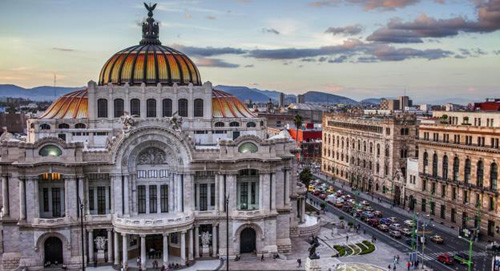 Diego Robles, một nhà thơ đang theo học tại Mexico City cho biết cách chào buổi sáng quen thuộc là: Làm thế nào ánh bình minh có thể lọt vào mắt em vậy?. Ảnh: BBC.