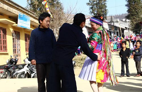 Tục vỗ mông là nét đẹp văn hóa lâu đời của người HMông. Ảnh: Baohagiang.