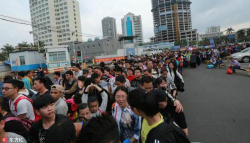 Vào những ngày đầu năm mới, người dân Trung Quốc đổ xô đi lễ chùa, vãn cảnh rất đông, gây nên tình trạng ùn tắc. Ảnh: Sina.