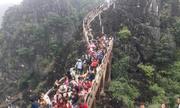 Khách chen chân leo núi ở Tràng An cổ
