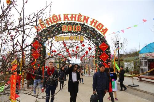 Điệu khèn vang vọng khắp vùng không gian rộng lớn, cả rừng hoa đủ màu sắc, hương thơm đồng loạt bung nở, như món quà đặc biệt của Tây Bắc hào phóng chào đón hàng ngàn bước chân du khách về với Sun World Fansipan Legend (do tập đoàn Sun Group làm chủ đầu tư) trong mùa trẩy hội vui xuân này.