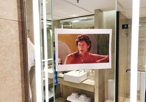 Thay vì chỉ xuất hiện ở đầu giường, hình ảnh ngôi sao Jeff Goldblum xuất hiện mọi nơi trong phòng, kể cả nhà vệ sinh. Ảnh: Imgur.