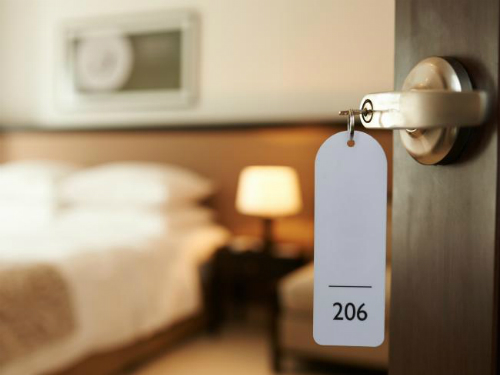 Lễ tân khách sạn thường là những người phải làm việc trong nhiều giờ liên tục, nhưng lại không được khách hàng tôn trọng do vị trí khiêm tốn của mình. Ảnh: News.