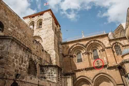 Chiếc thang ở bên phải trong bức hình chụp nhà thờ Mộ Thánh năm 2017. Ảnh: Gary Bembridge/Flickr.