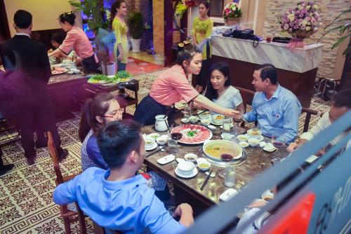 Nhà hàng nổi danh với phong cách phục vụ chuyên nghiệp, tận tụy và nhã nhặn.