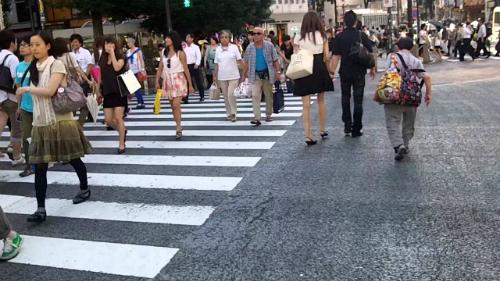 Người qua đường ở Tokyo. Ảnh: Art Yoo.