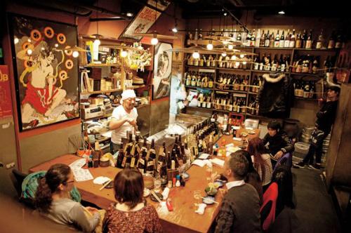 Izakaya là cácquán rượu nhỏ, truyền thống của Nhật, nơi mọi người có thể ăn uống tụ họp, với không gian ấm cúng. Món mắm mực shiokara là một trong những món ăn nhẹ đi kèm khi người Nhật nhắm rượu tại đây. Ảnh: nytimes.