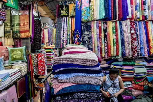 Những ngôi chợ với đủ mặt hàng nhiều màu sắc ở TP HCM.Ảnh: NY Times.