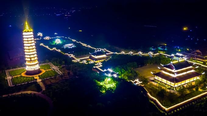Chùa Bái Đính sáng rực đèn về đêm