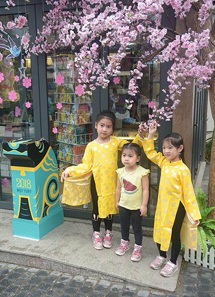 Tại đây, các bé vừa được tìm hiểu không khí Tết xưa, vừa tìm mua các loại sách phù hợp.