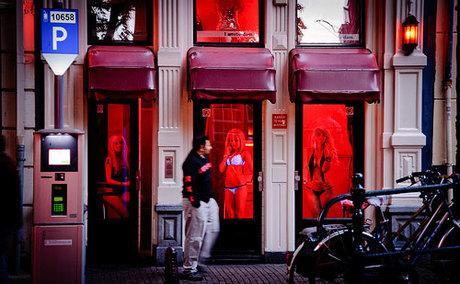 Phố đèn đỏ là một trong những điểm tham quan du khách truyền tai nhau phải tới khi đến Amsterdam. Ảnh:emaze.