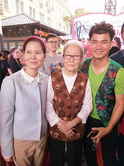 ... và vợ nhà văn Nguyễn Sơn Đỗng (giữa).
