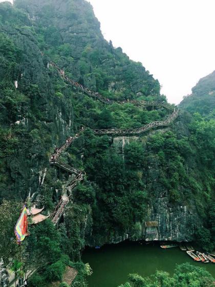 Hàng nghìn khách chinh phục đỉnh núi Huyền Vũ ở Tràng An cổ ngày cuối tuần. Ảnh: Leej Gin.
