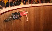Cô gái cưỡi môtô trên tường Tử thần khiến đàn ông phải 'ngả mũ'