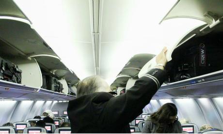 Tiếp viên hàng không không được trả lương cho thời gian ngoài giờ bay, ví như công việc cất đồ hộ khách. Ảnh: Business Insider.