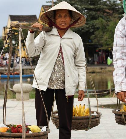 Khách Tây: Hiếm khi thấy phụ nữ Việt ngồi không/Khách Tây: Hiếm lúc nào thấy phụ nữ Việt ngơi tay làm việc - 5