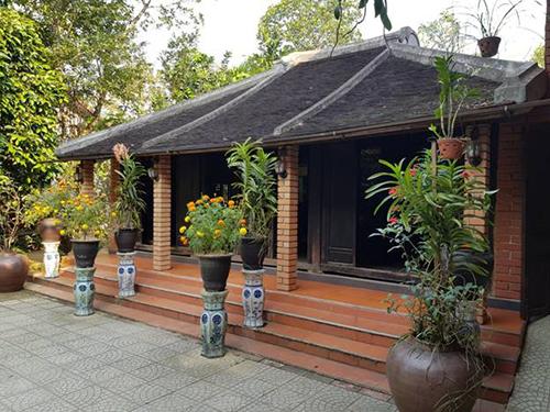Thả bộ nhẹ bước trên con đường làng các bạn có thể tìm đến nhà ông  Hồ Xuân Đài thăm ngôi nhà rường cổ hơn trăm năm tuổi. Ngôi nhà rường này  được xây dựng từ năm 1902 và còn được bảo tồn khá nguyên vẹn.