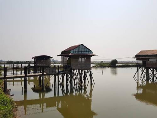 Đầm Chuồn cách trung tâm thành phố Huế khoảng hơn 10km, là 1 phần thuộc hệ thống phá Tam Giang. Phá Tam Giang là đầm phá lớn nhất Đông Nam Á, là nguồn cung cấp thủy hải sản rất phong phú và tươi ngon.