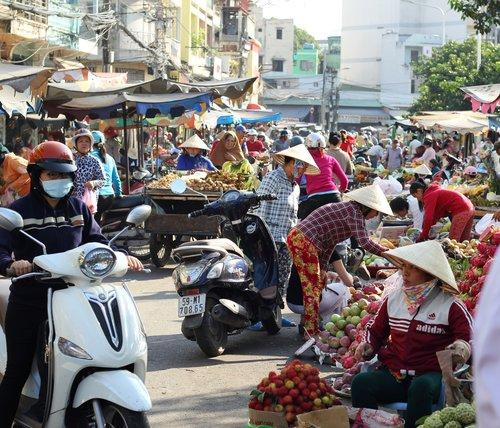 Khách Tây: Hiếm khi thấy phụ nữ Việt ngồi không/Khách Tây: Hiếm lúc nào thấy phụ nữ Việt ngơi tay làm việc - 1