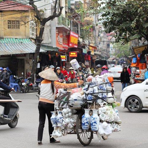 Khách Tây: Hiếm khi thấy phụ nữ Việt ngồi không/Khách Tây: Hiếm lúc nào thấy phụ nữ Việt ngơi tay làm việc
