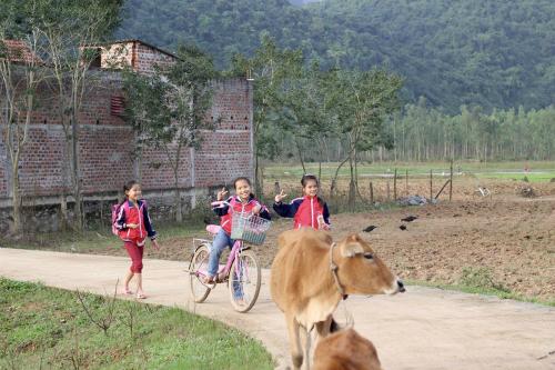 Ấn tượng sâu sắc nhất trong chuyến đi với Katie và Jennifer chính là lòng hiếu khách của người Việt, điều cô chưa từng cảm nhận được trong suốt những năm vi vu khắp thế giới. Những bé gái trong ảnh sống tại một ngôi làng gần vườn quốc gia Phong Nha - Kẻ Bàng, các em tò mò và thân thiện với du khách, trong khi những phụ nữ lớn tuổi luôn niềm nở và sẵn sàng giúp đỡ.Chúng tôi bất ngờ trước tấm lòng ấm áp của tất cả phụ nữ tại Việt Nam, không thể tin rằngmới hơn 40năm trôi qua kể từ khi chiến tranh kết thúc. Không có một phút giây nào tôi cảm thấy ai đó đem lòng thù hận với chúng tôi - những người Mỹ. Thật tuyệt vời khi thế giới có thể thay đổi nhanh chóng đến vậy!.