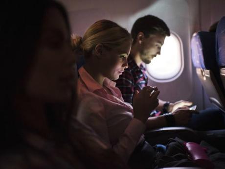 Wifi là một công nghệ mới được đưa vào các chuyến bay, nhưng lợi ích của nó còn khiến nhiều người băn khoăn.Ảnh: istock.