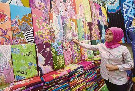 Dạo chợ Kuala Terengganu cũng là một trải nghiệm khá thú vị. Khu chợ nhộn nhịp tấp nập với đủ chủng loại hàng hóa. Đặc sản địa phương có thể kể đến là vải dệt thủ công Batek - một loại vải được dệt từ chất liệu đặc biệt rất đẹp mắt.